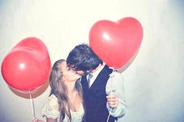 Mariés avec des ballons en forme de coeur © DR