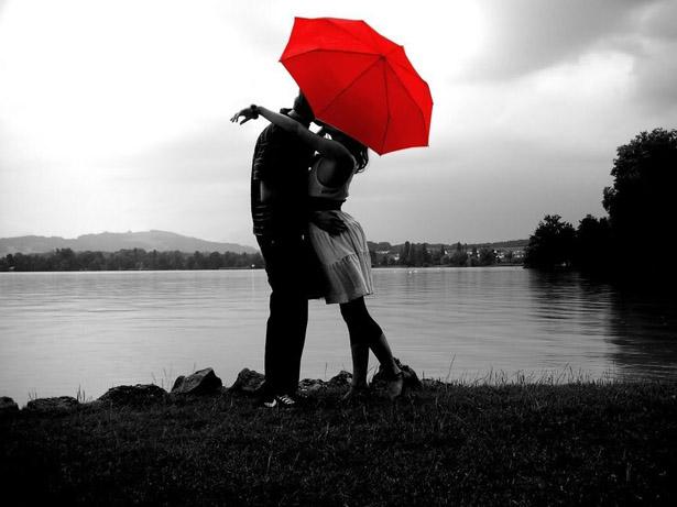 Amoureux sous un parapluie rouge © DR