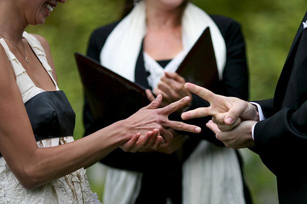 Exemple de chifumi au cours d'une cérémonie laïque © Ryan Carver