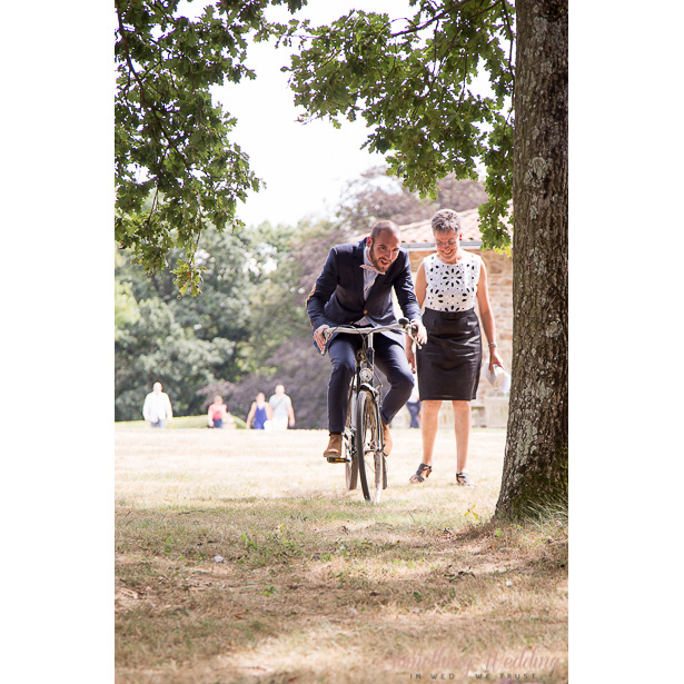 Roxanne & Guillaume (entrée à vélo) © Something Wedding