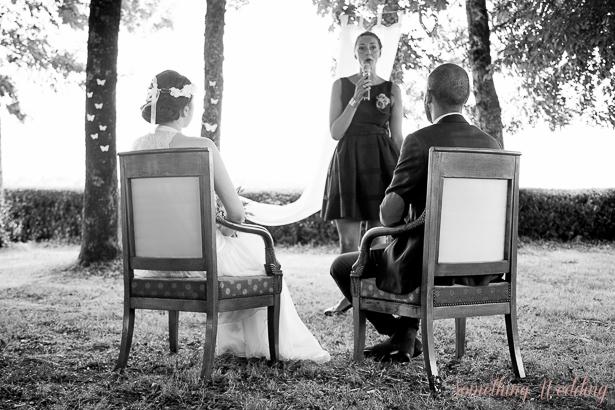 Roxanne, Guillaume et leur officiante © Something Wedding