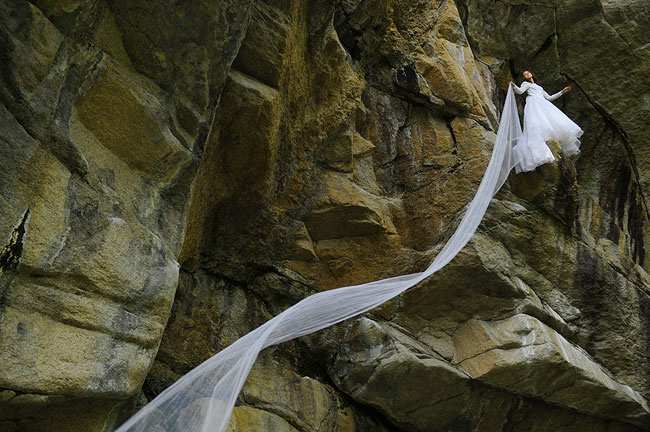 Mariée qui fait de l'escalade
