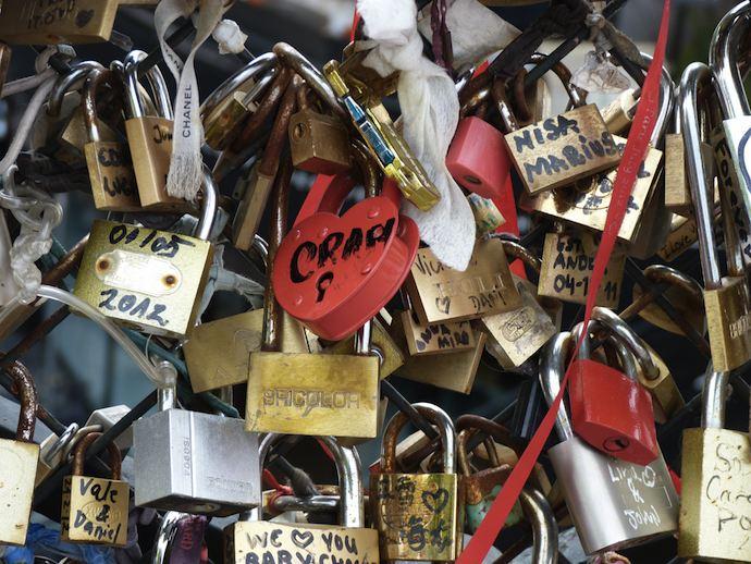 Rituel du cadenas sur le Pont des Arts à Paris
