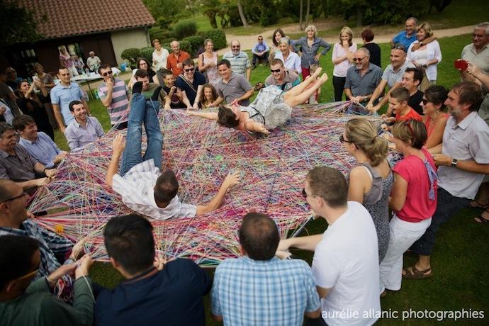 Les mariés sautent sur un tapis de laine tissé par les invités