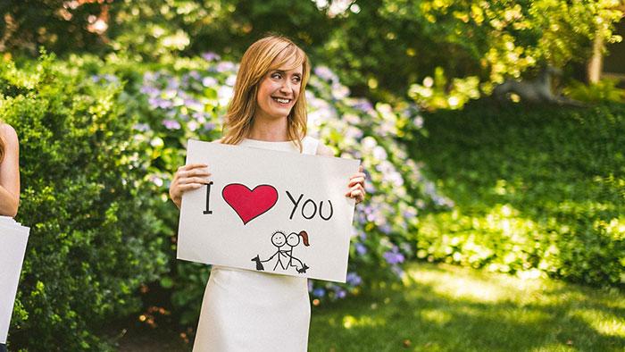 Déclaration d'amour sur des pancartes
