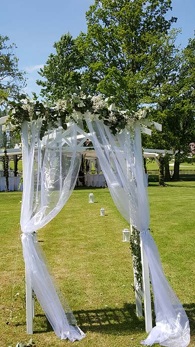 Arche de jardin décorée pour cérémonie laïque
