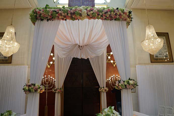 Houppa fleurie pour cérémonie laïque en intérieur