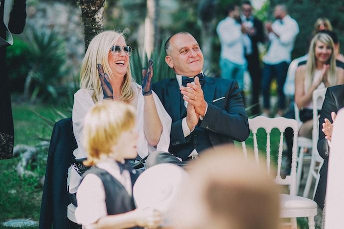 Rires des invités pendant la cérémonie laïque d'Alicia et Xavier