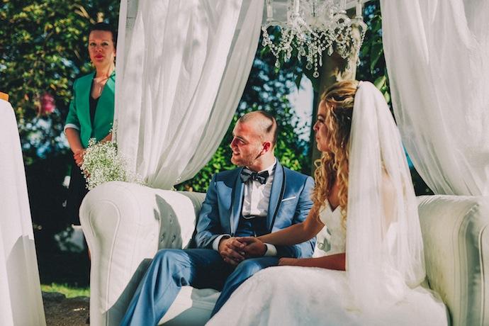 Alicia et Xavier, heureux, pendant leur cérémonie laïque