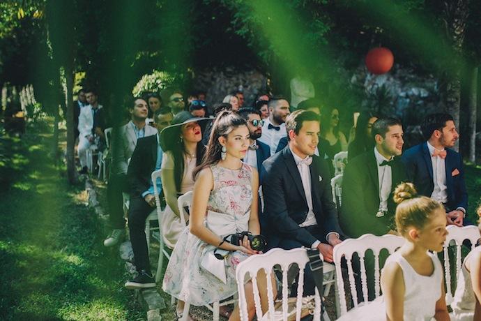 Les invités pendant la cérémonie laïque d'Alicia et Xavier