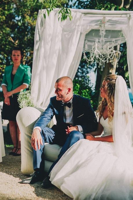 Les mariés pendant la cérémonie laïque d'Alicia et Xavier