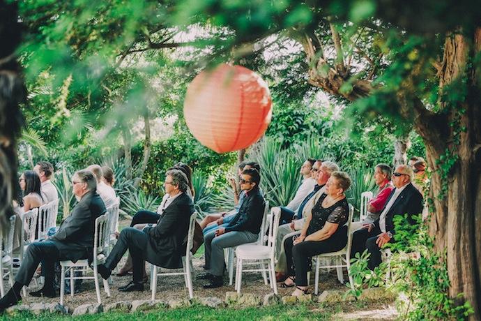 Les invités attentifs pendant la cérémonie laïque d'Alicia et Xavier