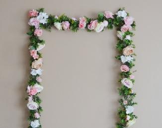 Guirlande de fleurs pour arche de cérémonie laïque