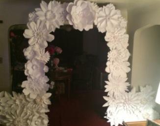 Fleurs en papier pour arche de cérémonie laïque