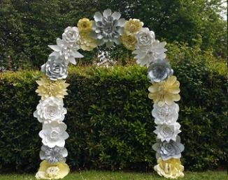 Arche de cérémonie laïque avec fleurs en papier