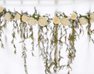 Guirlande de fleurs et feuillages pour arche de cérémonie laïque