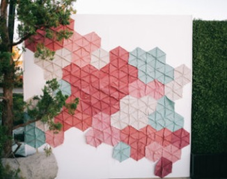 Backdrop géométrique pour cérémonie laïque