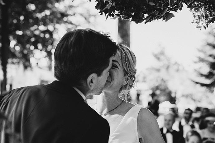 Bisou des mariés - Cérémonie laïque Caroline et Eric