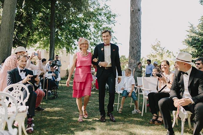 Entrée du marié avec sa maman - Cérémonie laïque de Caroline et Eric
