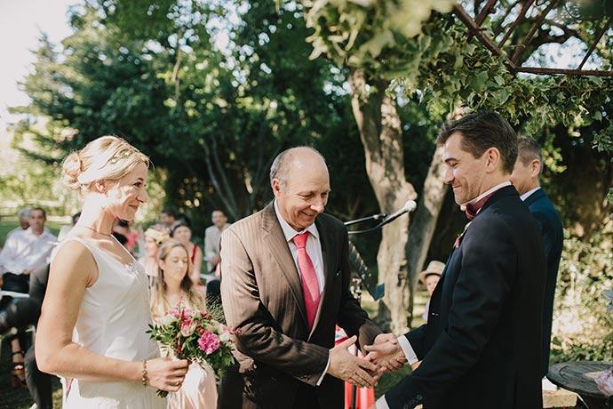 Le papa de la mariée et son gendre - Cérémonie laïque de Caroline et Eric