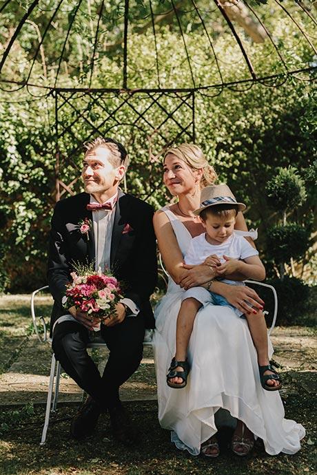 Les mariés pendant les discours - Cérémonie laïque Caroline et Eric