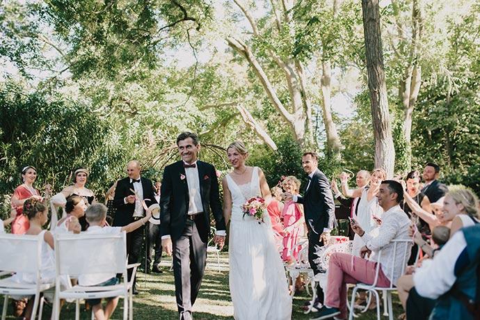 Sortie des mariés avec rubans et grelots - Cérémonie laïque de Caroline et Eric