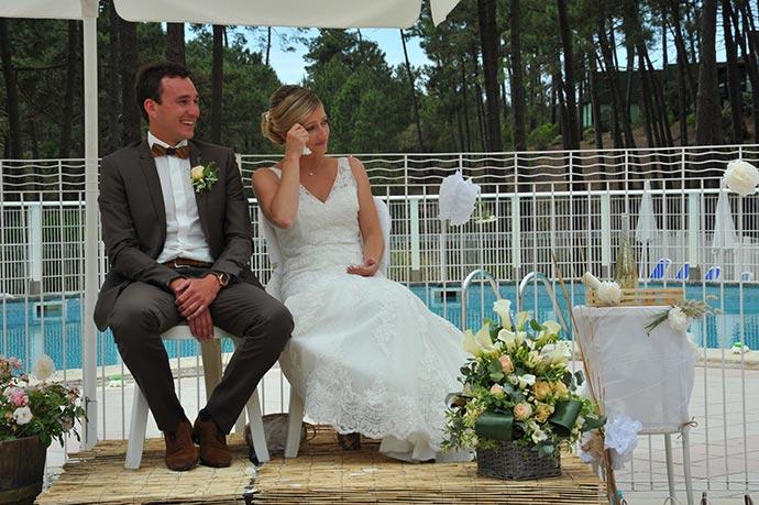 Julie & Julien pendant leur cérémonie laïque