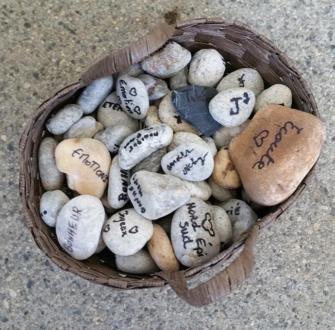 Rituel des pierres pendant la cérémonie laïque de Julie et Julien