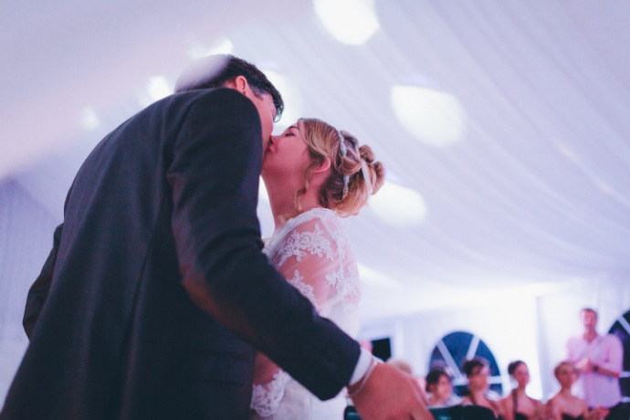 Bisou des mariés - cérémonie laïque Tiphany & Florent © THE cérémonie / Mélanie Tuero Photographe