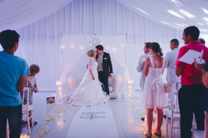 Baiser des mariés - cérémonie laïque Tiphany & Florent © THE cérémonie / Mélanie Tuero Photographe