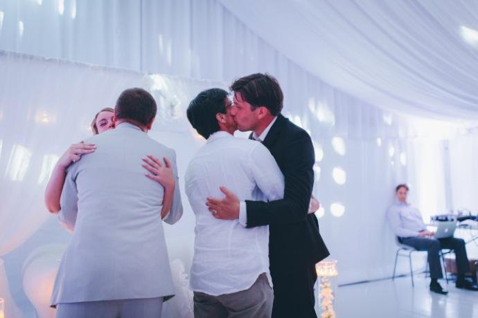Embrassades - cérémonie laïque Tiphany & Florent © THE cérémonie / Mélanie Tuero Photographe