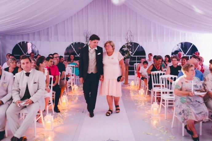 Cérémonie laïque de Tiphany & Florent : l'entrée du marié © THE cérémonie / Mélanie Tuero Photographe
