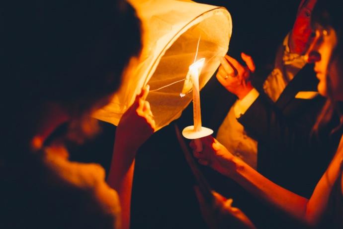 Lanternes - cérémonie laïque Tiphany & Florent © THE cérémonie / Mélanie Tuero Photographe