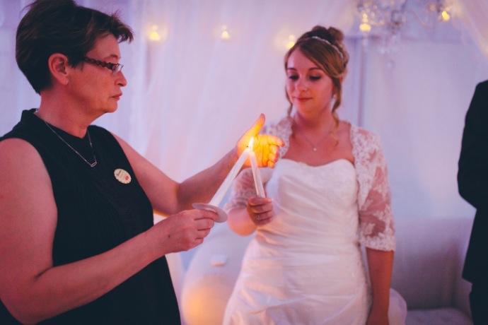 Rituel de la bougie avec la famille - cérémonie laïque Tiphany & Florent © THE cérémonie / Mélanie Tuero Photographe