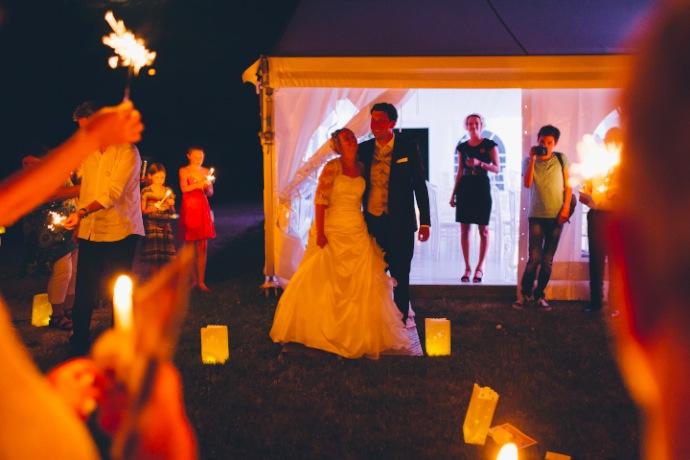 Sortie des mariés - cérémonie laïque Tiphany & Florent © THE cérémonie / Mélanie Tuero Photographe
