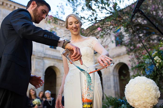Rituel de cérémonie laïque : mélanger des cristaux pour en faire une sculpture de verre
