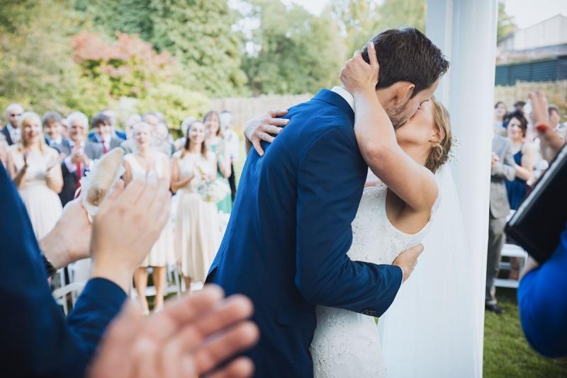 Mariés et invités heureux pendant une cérémonie laïque © Mike Deere